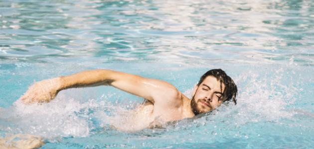 فوائد السباحة وأضرارها