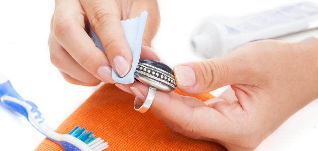 كيفية تنظيف خاتم الفضة