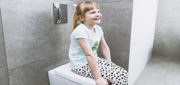 متى يتم تعليم الطفل دخول الحمام
