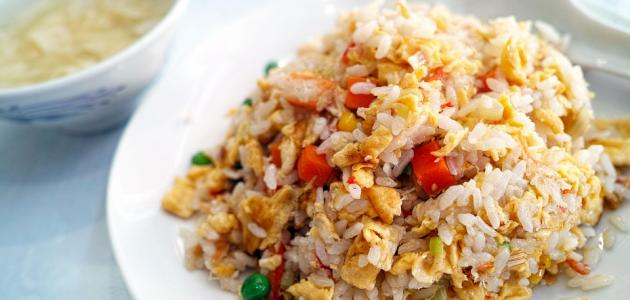 الأرز التايلندي مقلي مع الدجاج