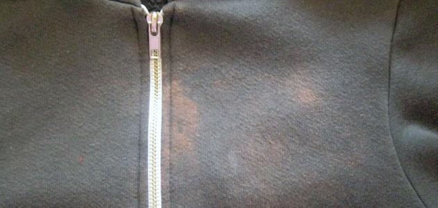 طريقة لإزالة بقع الكلور من الملابس