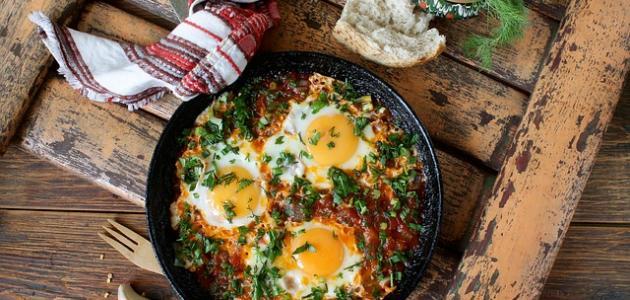 طريقة عمل بيض بالطماطم والبصل