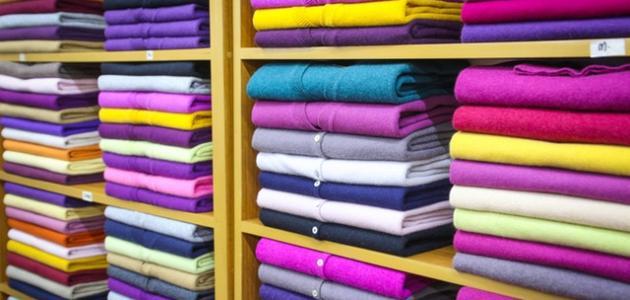 ماذا يناسب اللون البنفسجي في الملابس