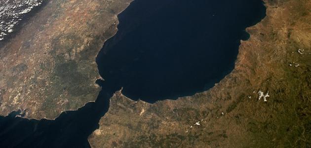 كم يمتد مضيق جبل طارق