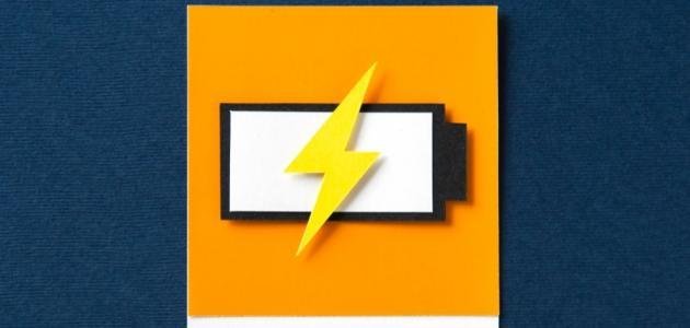 كيف ترتبط القوة الكهربائية بالشحنة