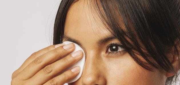 أفضل طريقة لإزالة مكياج العيون