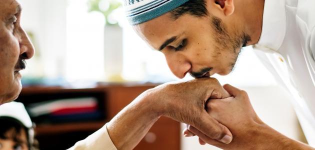 آية قرآنية عن بر الوالدين