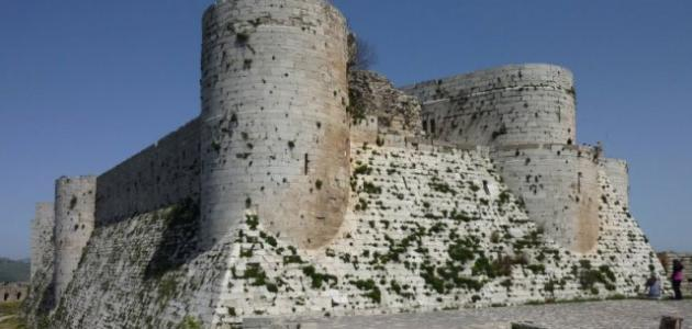 ما الفرق بين الحصن والقلعة