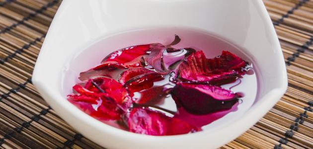 أهمية ماء الورد للبشرة الدهنية