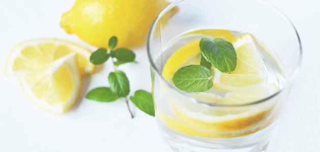 الماء الدافئ والليمون لإزالة الكرش