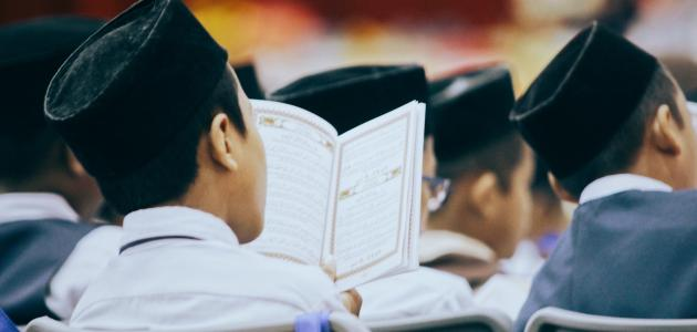 الفرق بين يفعلون ويعملون في القرآن