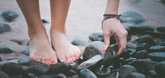طريقة تنعيم القدمين واليدين