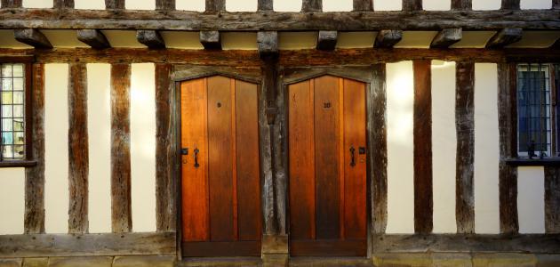 طريقة تنظيف الأبواب الخشب البنية
