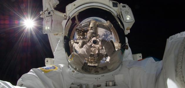 أول رجل على سطح القمر