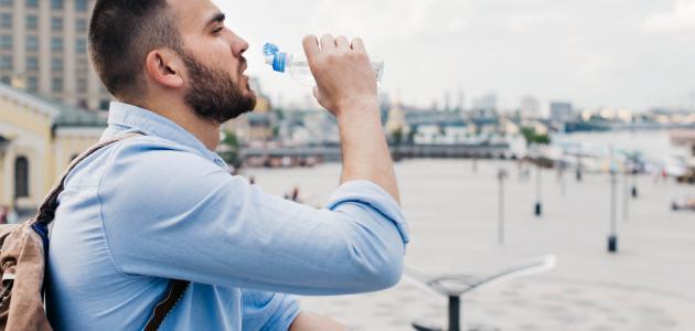 الحكمة من شرب الماء على ثلاث دفعات