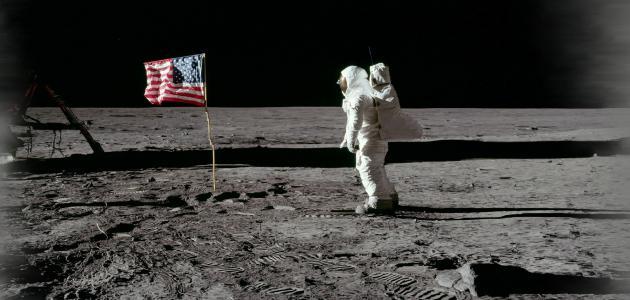 أول من نزل على سطح القمر