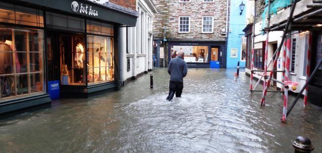 آثار الفيضانات على الإنسان والبيئة