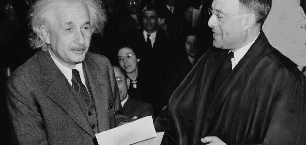 بحث حول أينشتاين