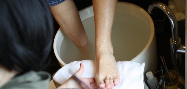 كيفية تنظيف كعب القدمين