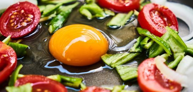 طريقة عمل بيض مع طماطم