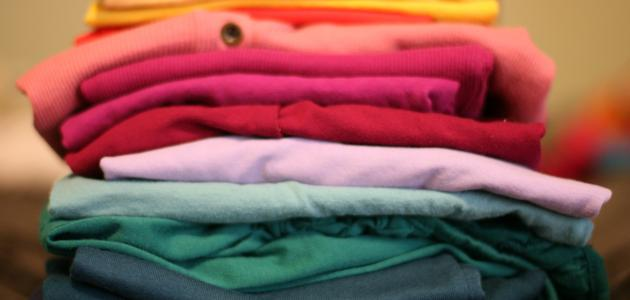 كيفية إزالة البقع الصفراء من الملابس المخزنة
