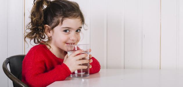 كم يحتاج الطفل من الماء يومياً