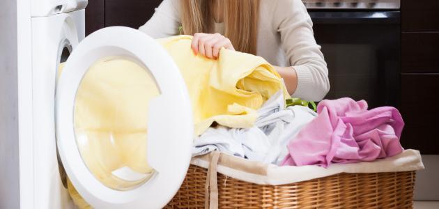 كيفية تثبيت رائحة العطر في الملابس