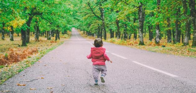 ما هو السن الطبيعي لمشي الطفل