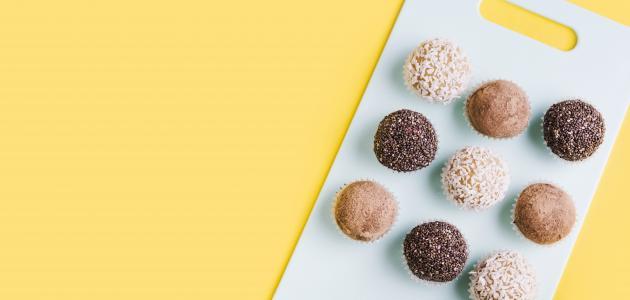 طريقة عمل كيكة الشوكولاته بكرات جوز الهند