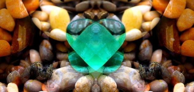 ما هو لون الحجر الكريم الزمرد