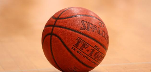 ما عدد لاعبي كرة السلة