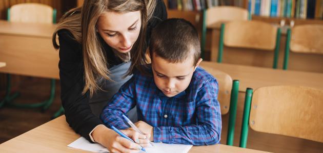 كيفية التعامل مع الطفل الخجول في المدرسة