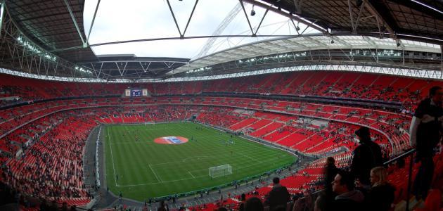 ما هو اسم أشهر ملعب في إنجلترا