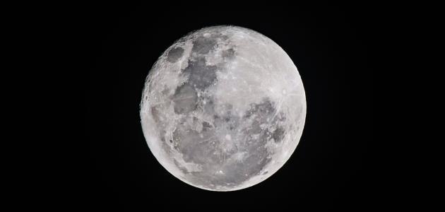 لماذا القمر مضيء