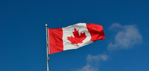 ما لون علم كندا