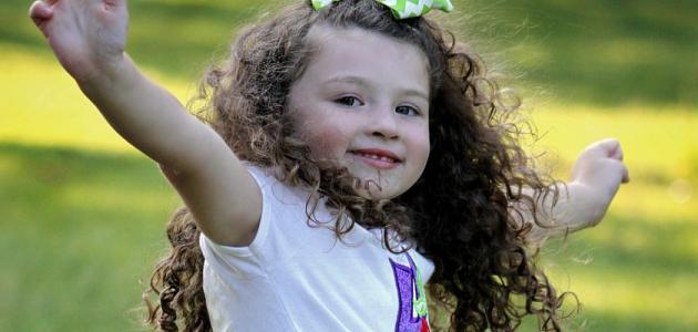 كيفية العناية بالشعر المجعد للأطفال