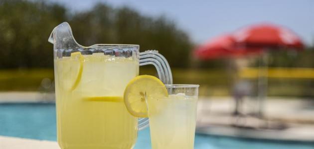 طريقة عمل عصير الليمون بدون خلاط