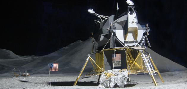 أول رحلة إلى القمر