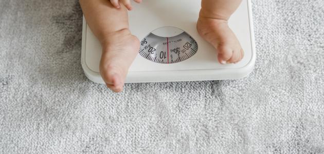 كيف أعرف الوزن المثالي للطفل
