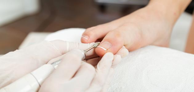 طريقة العناية بأظافر القدمين