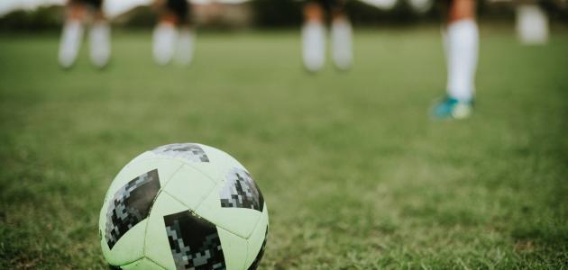 ما هو عدد لاعبي كرة القدم