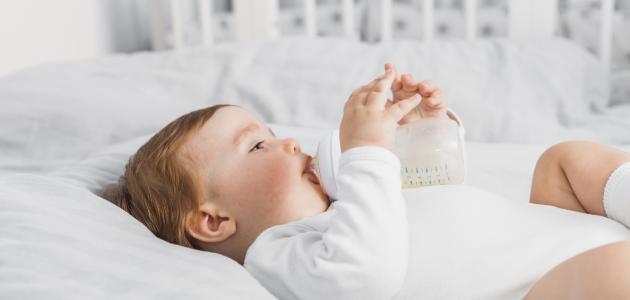 متى يمسك الطفل الرضاعة