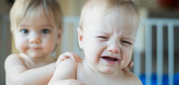 ما أسباب بكاء الطفل