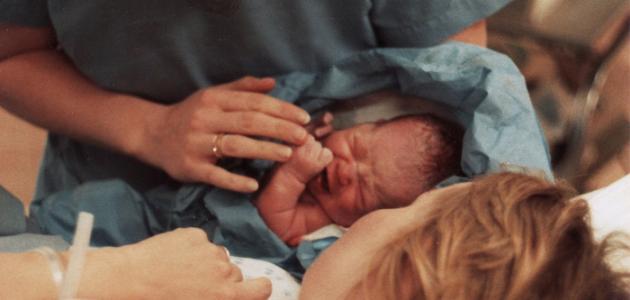 لماذا يبكي الطفل عند ولادته