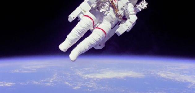 اسم اول رائد فضاء هبط على سطح القمر