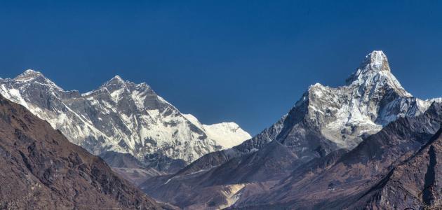 أين يقع أعلى جبل في العالم