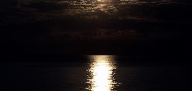من أين يأتي ضوء القمر