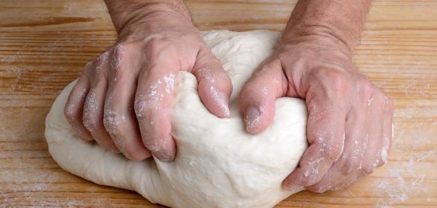 أسرع طريقة لتحضير عجينة البيتزا