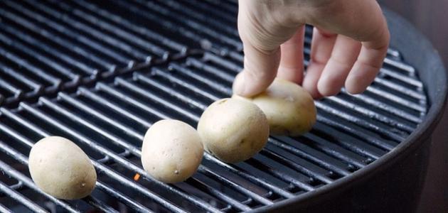 طريقة شوي البطاطس على الفحم