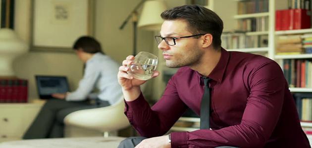 فوائد شرب الماء جالساً